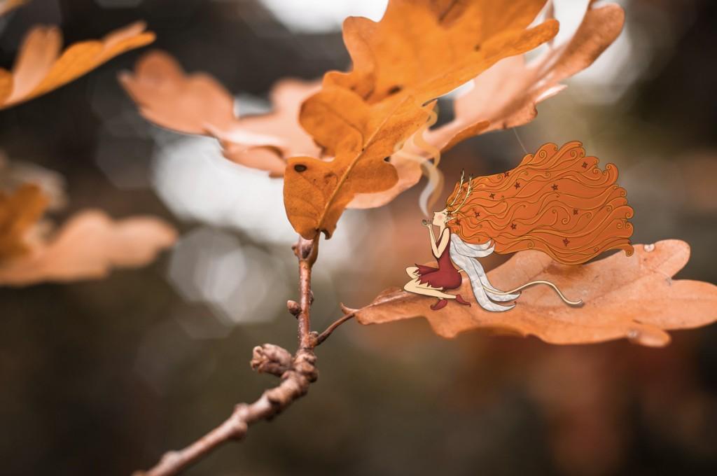 Une empourpreuse, fée d'automne, soufflant le début de l'automne. Elle est assise sur une feuille pourpre. © Lumi Poullaouec