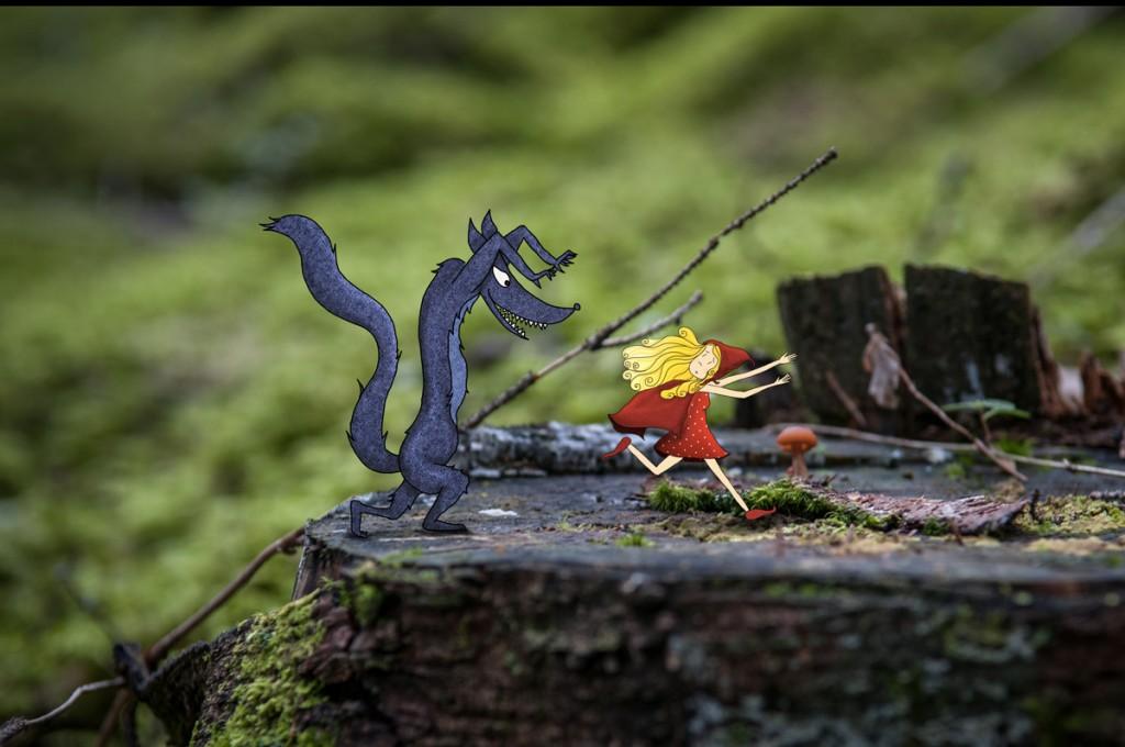 Le petit chaperon rouge fuyant le grand méchant loup. © Lumi Poullaouec